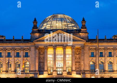 Europa, Deutschland, Berlin, Reichstag bei Nacht Stockbild