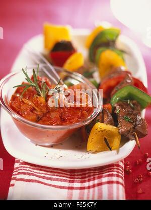 Rindfleisch und Paprika Spieße, hausgemachte pikante Tomatensauce Stockbild