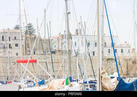 Otranto, Apulien, Italien - eine Menge Segel Masten in den Hafen von Otranto Stockbild