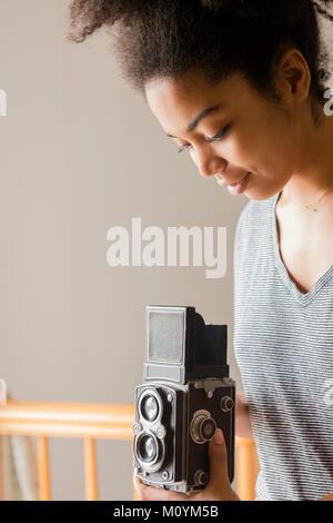 Afrikanische amerikanische Frau, die altmodische Kamera Stockbild