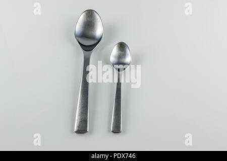 Stahl Besteck mit Tabelle Löffel und kleine Löffel Stockbild