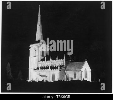 St Martin's Church, Ancaster, Lincolnshire, 1962. Blick auf die Kirche von Südosten, in der Nacht auf Silvester beleuchtet. Stockbild