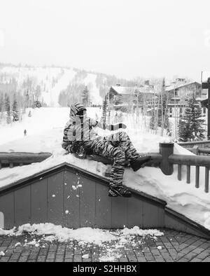 Mann fällt im Schnee Stockbild
