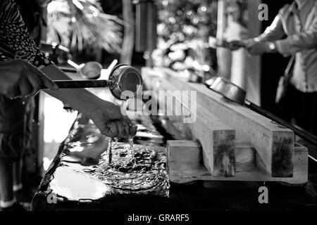 Abgeschnittenen Händen Frau halten Schöpfkelle beim Händewaschen Stockbild