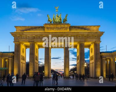 Brandenburger Tor, Berlin, Deutschland, Europa in der Abenddämmerung Stockbild