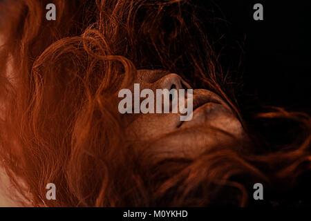 Wind, rote Haare der kaukasischen Frau Stockbild