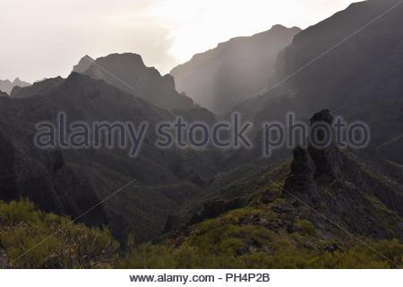Den Berg Macizo de Teno - Robuste vulkanische Landschaft von Teno-gebirge im Nordwesten von Teneriffa Kanarische Inseln Spanien. Erhöhte Blick Richtung Atlantik. Stockbild