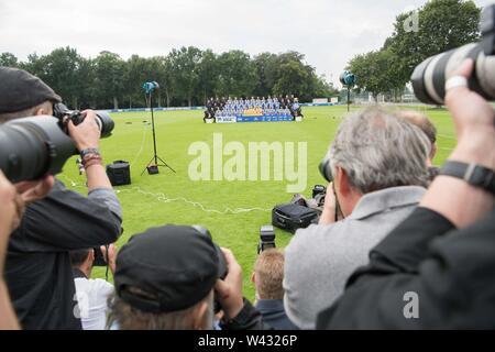 Berlin, Deutschland. 19 Juli, 2019. Die Fotografen nehmen ein Foto des Teams des Fußball-Erstligisten Hertha BSC. Hertha BSC startet die neue Saison am 16. August 2019. Quelle: Jörg Carstensen/dpa/Alamy leben Nachrichten Stockbild