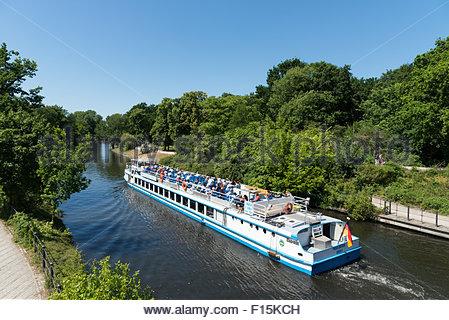 Tourenboot Reisen neben dem Tiergarten entlang der Landwehrkanal, Berlin, Deutschland Stockbild