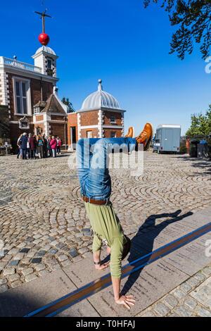 England, London, Greenwich, Royal Observatory, Touristen, die an beiden Seiten des Greenwich Meridian Line Stockbild