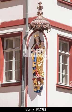 Figur auf einem rekonstruierten historischen Haus Fassade, neue Altstadt, Dom-Römer-Areal, Frankfurt am Main, Hessen, Deutschland, Europa ich Figur eine einer rekonstr Stockbild