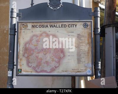 Information Board mit Karte der historischen Stadtmauern von Nikosia Zypern platziert in der nördlichen (Türkisch) und die Hälfte der Stadt Stockbild