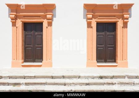 Gallipoli, Apulien, Italien - Zwei Lachs im mittleren Alter Scheune Türen Stockbild