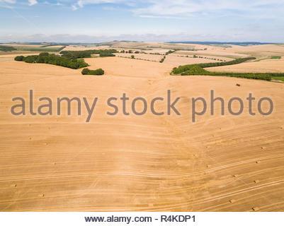 Antenne Landschaft der geernteten Sommer Bauernhof Weizen und Gerste Felder Stockbild