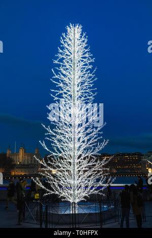 England, London, Southwark, London Bridge City, Thameside Weihnachtsmarkt, Weihnachtsbaum Stockbild