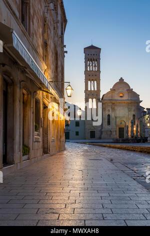 Der hl. Stephanus Kirche am Hauptplatz der Stadt Hvar in der Morgendämmerung, Hvar, Kroatien, Europa Stockbild