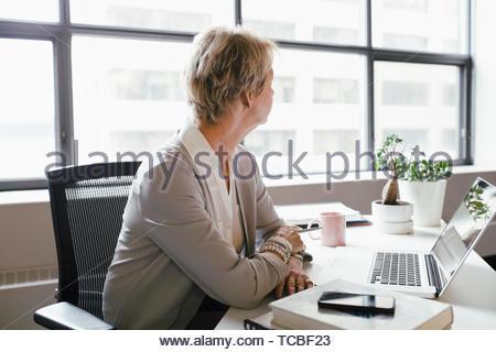 Nachdenklich Geschäftsfrau aus Office Fenster Stockbild
