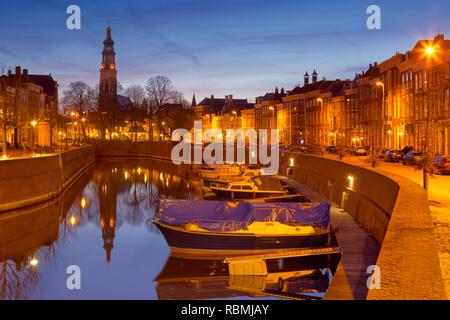 Die Stadt Middelburg mit der Lange Jan Kirche Turm in den Niederlanden in der Nacht. Stockbild