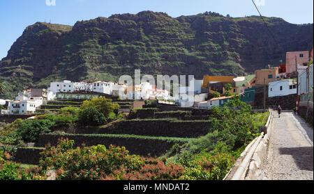 Das hübsche Dorf Agulo drastisch durch die nördliche Küste von La Gomera in einem Amphitheater von vulkanischen Klippen - Kanarische Inseln Stockbild