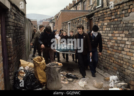 Katholische Jugendliche, die leere Milchflasche etc. für den Einsatz als benzinbomben. Ausschreitungen die Stockbild