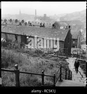 Hanf Street, Bacup, Rossendale, Lancashire, 1966-1974. Ein Blick über Bacup vom Gipfel der Schritte, die Verknüpfung von Allan Street und Rochdale Road zeigt die Rückseite der Häuser in Hanf Straße. Stockbild