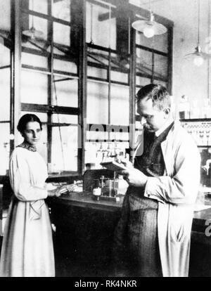 LISE MEITNER (1878-1968) Austrian-Swedish Physiker mit Otto Hahn ungefähr 1935 am Kaiser-Wilhelm-Institut für Chemie in Berlin-Dahlem. Stockbild