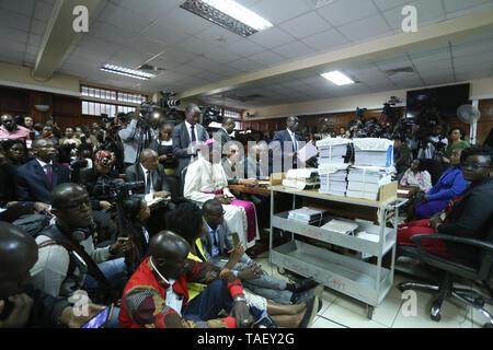 Kenia High Court Verfahren gesehen, wenn es regiert der Britischen-Ära Strafgesetzbuch kriminalisiert gay sex unterstützen. LGBT Gemeinschaft wollte der Hof einvernehmliche Sex zu entkriminalisieren aber die Richter Chacha Mwita, Roselyne Aburili und Johannes Mativo einstimmig abgelehnt. Stockbild