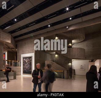 Das neue Interieur der Hayward Gallery, eine weltweit renommierte Galerie für zeitgenössische Kunst und Wahrzeichen von Brutalist architecture Auf der Londoner South Bank. Stockbild