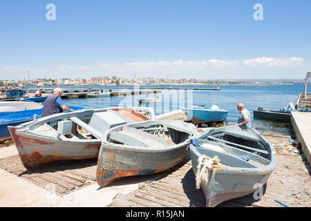 Taranto, Apulien, Italien - 31. MAI 2017 - einheimische Fischer auf ihren Booten Stockbild