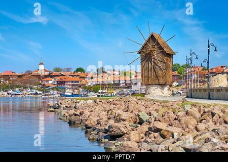 Windmühle aus Holz, Altstadt Nessebar, Bulgarien Stockbild