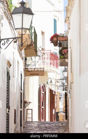 Otranto, Apulien, Italien - eine schöne Gasse in der Altstadt von Otranto in Italien Stockbild