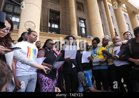 Mitglieder der Lesben, Schwulen, Bisexuellen und Transgender (LGBT) gesehen, die Taste drücken, nachdem in Kenia ist das Hohe Gericht der Britischen-Ära Strafgesetzbuch kriminalisiert gay sex unterstützen. LGBT Gemeinschaft wollte der Hof einvernehmliche Sex zu entkriminalisieren aber die Richter Chacha Mwita, Roselyne Aburili und Johannes Mativo einstimmig abgelehnt. Stockbild