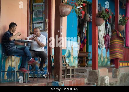 Die Einheimischen vor einer Bar in Raquira, Boyaca, Kolumbien, Südamerika Stockbild