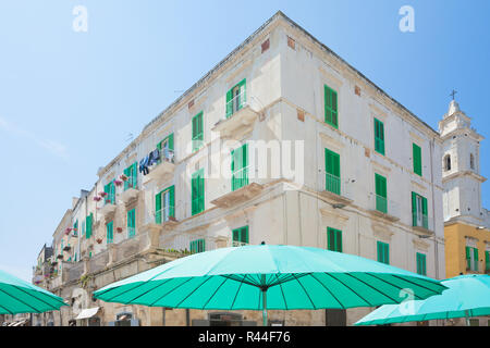 Molfetta, Apulien, Italien - Türkis Sonnenschirme und Gitter Rollos in den Straßen von Molfetta Stockbild
