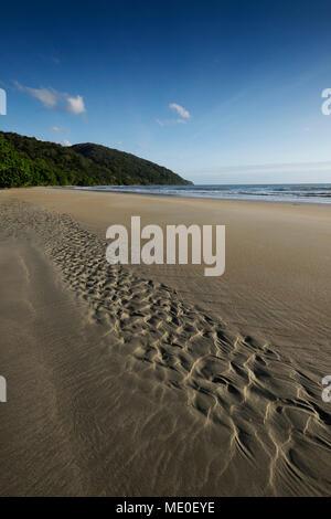 Muster in feuchten Sand am Strand von Cape Tribulation in Queensland, Australien Stockbild