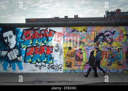 Touristischen Spaziergang entlang der East Side Gallery in Berlin, Deutschland. Stockbild