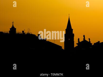 Denkmäler Silhouette bei Sonnenuntergang, Region Veneto, Venedig, Italien Stockbild