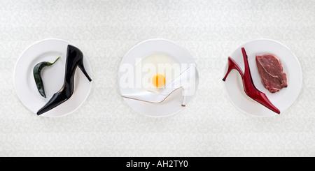 schwarz, rot, weiße high Heels mit Pfeffer, Ei, Fleisch, Studio gedreht Stockbild