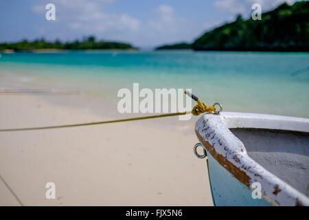 Nahaufnahme des beschnittenen Boot vor Anker am Meer Stockbild