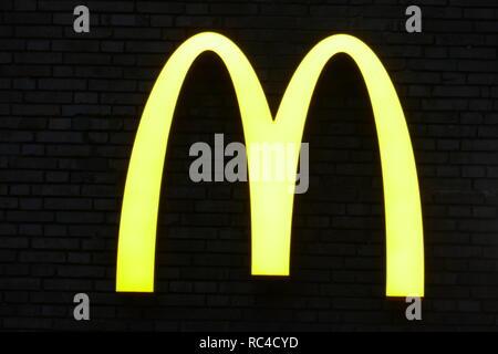 Beleuchtete Logo von Mc Donald's, Deutschland Stockbild