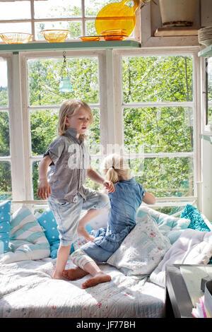 Zwei Mädchen spielen im Schlafzimmer Stockbild