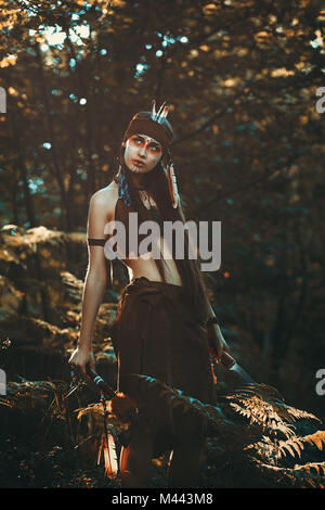 Jägerin mit Messer und Tomahawk. Wald portrait Stockbild
