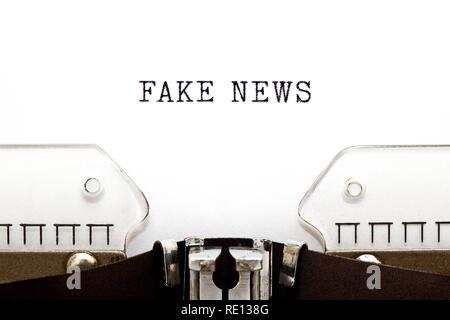 Text gefälschte Nachrichten auf vintage Schreibmaschine getippte Leerzeichen mit kopiert. Hoax news, falschen Informationen oder Medien Propaganda Konzept. Stockbild