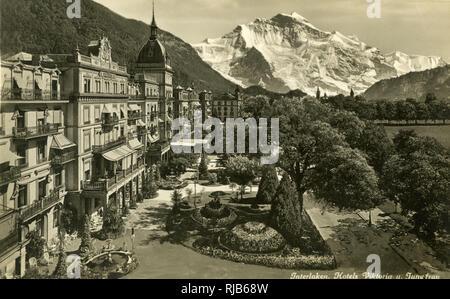 Interlaken und der Jungfrau, Bern, Schweiz, mit dem Hotel Viktoria und Hotel Jungfrau. Stockbild