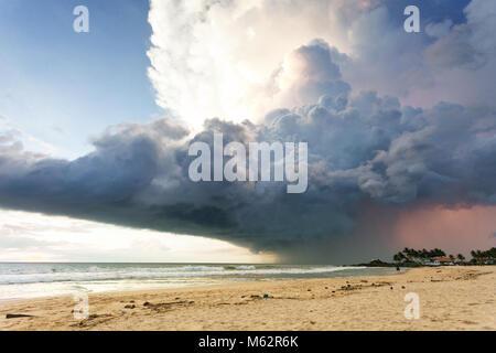 Induruwa Beach, Sri Lanka, Asien - ein gigantischer Sturm Wolke über dem Strand von Induruwa Stockbild