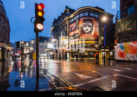 Les Miserables, Queens Theatre, Shaftesbury Avenue, West End, Regen, London, UK Stockbild