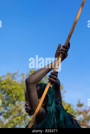 Suri Stamm Junge mit einem Stick während eines donga Ritual, Omo Valley, Kibish, Äthiopien Stockbild