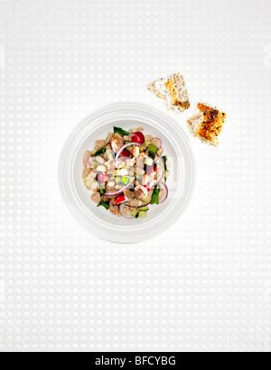 Thunfisch-Salat mit Brot Stockbild