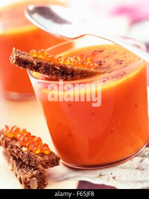 Mit Pfeffer und Lachs Eiern Sahne Tomatensuppe Stockbild