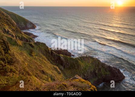 Klippen bei Sonnenuntergang an der Küste von Oregon in der Nähe von Florence, Oregon, USA Stockbild